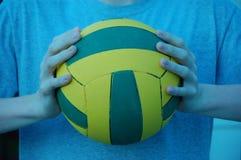 Lokalisierte Hände, die Wasserballball halten Stockfotos