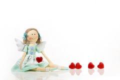 Lokalisierte handgemachte Puppe mögen einen Engel mit roten Herzen Lizenzfreie Stockfotografie