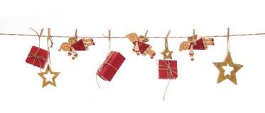 Lokalisierte hängende rote Weihnachtsgeschenke, Engel und goldene Sterne an Stockfoto