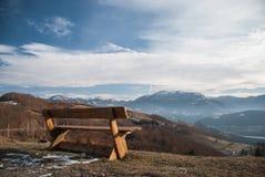 Lokalisierte Holzbank am Rand der Klippe lizenzfreies stockfoto
