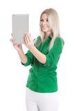 Lokalisierte junge attraktive blonde Frau, die Tabletten-PC hält. Stockbild