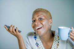 Lokalisierte junge attraktive und glückliche schwarze afroe-amerikanisch Frau ho stockbilder
