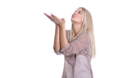 Lokalisierte junge hübsche Blondine senden einen Fliegenkuß auf w Lizenzfreie Stockbilder