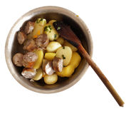Lokalisierte Kartoffeln und Würste in der tiefen Platte mit hölzernem Löffel Lizenzfreies Stockbild