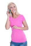 Lokalisierte lächelnde blonde Frau, die auf Smartphone über Weiß spricht Lizenzfreie Stockfotos