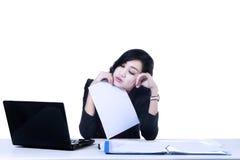 Lokalisierte müde Geschäftsfrau Stockfotografie