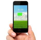 Lokalisierte Mannhand, die das Telefon mit aufgeladener Batterie auf einem Sc hält Lizenzfreies Stockbild
