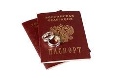 Lokalisierte Paare Eheringe und Pässe Lizenzfreies Stockbild