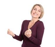Lokalisierte recht reife blonde Frau mit den Fäusten auf Weiß. Stockfoto