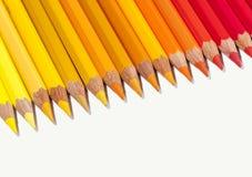 Lokalisierte rote gelbe und orange Bleistifte in der Linie Stockfoto