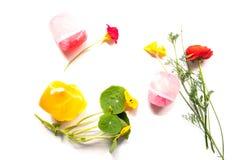 Lokalisierte rustikale Zusammensetzung von handgemachten Seifen, von Blumen und von Kraut Lizenzfreies Stockfoto
