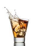 Lokalisierte Schüsse des Whiskys mit Spritzen auf Weiß lizenzfreies stockbild
