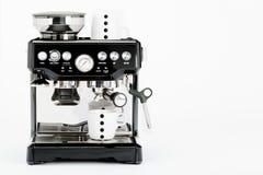 Lokalisierte schwarze manuelle Kaffeemaschine mit Kaffeetassen auf einem weißen Hintergrund Lizenzfreie Stockbilder
