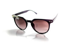 Lokalisierte schwarze Sonnenbrille mit purpurroter Linse Stockfoto