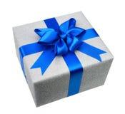 Lokalisierte silberne Geschenkbox mit elegantem blauem Bogen Stockfoto