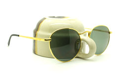 Lokalisierte Sonnenbrillen auf einem Weiß Lizenzfreies Stockbild