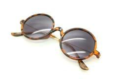 Lokalisierte Sonnenbrillen auf einem Weiß Stockfotografie