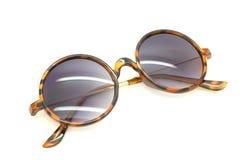 Lokalisierte Sonnenbrillen auf einem Weiß Lizenzfreie Stockfotos