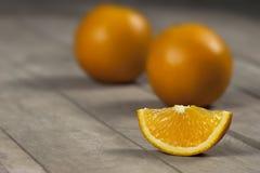 Lokalisierte und halbe Orangen mit weißem Hintergrund Stockbild