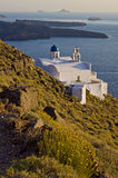 Lokalisierte weiße Kirche durch das Meer in Santorini Lizenzfreies Stockfoto