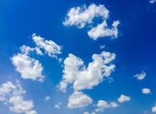 Lokalisierte weiße Wolken auf blauem Himmel Satz lokalisierte Wolken über blauem Hintergrund Vier Schneeflocken auf weißem Hinter Stockbild