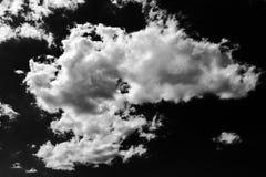 Lokalisierte weiße Wolken auf schwarzem Himmel Satz lokalisierte Wolken über schwarzem Hintergrund Vier Schneeflocken auf weißem  Lizenzfreie Stockbilder