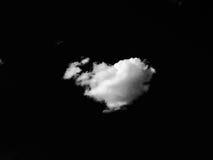Lokalisierte weiße Wolken auf schwarzem Himmel Satz lokalisierte Wolken über schwarzem Hintergrund Vier Schneeflocken auf weißem  Stockbild
