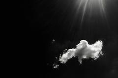 Lokalisierte weiße Wolken auf schwarzem Himmel Satz lokalisierte Wolken über schwarzem Hintergrund Vier Schneeflocken auf weißem  Stockfoto