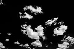 Lokalisierte weiße Wolken auf schwarzem Himmel Satz lokalisierte Wolken über schwarzem Hintergrund Vier Schneeflocken auf weißem  Stockfotos