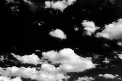 Lokalisierte weiße Wolken auf schwarzem Himmel Satz lokalisierte Wolken über schwarzem Hintergrund Vier Schneeflocken auf weißem  Lizenzfreies Stockfoto