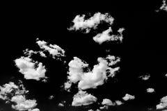 Lokalisierte weiße Wolken auf schwarzem Himmel Satz lokalisierte Wolken über schwarzem Hintergrund Vier Schneeflocken auf weißem  Lizenzfreies Stockbild