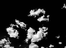 Lokalisierte weiße Wolken auf schwarzem Himmel Satz lokalisierte Wolken über schwarzem Hintergrund Vier Schneeflocken auf weißem  Lizenzfreie Stockfotografie