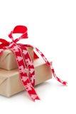 Lokalisierte Weihnachtsgeschenkbox mit einem roten Band mit Elchen und Chris Stockfoto