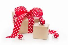 Lokalisierte Weihnachtsgeschenke eingewickelt im Papier mit roten Punkten Stockfoto