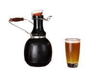 Lokalisierter Ausschnitt der Prüfspule und Glas Bier Stockfotos