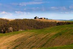 Lokalisierter Bauernhof auf den toskanischen Gebieten lizenzfreie stockfotos