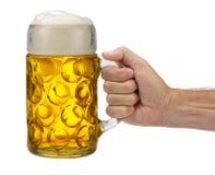 Lokalisierter Becher Bier in der Hand halten bei Oktoberfest im Bayern stockfotos