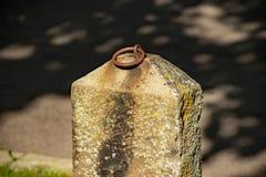 Lokalisierter einhängender Steinposten in Montour-Fälle lizenzfreies stockfoto