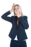 Lokalisierter entsetzter blonder Sekretär mit den Händen oben auf weißem backgrou Stockfotografie