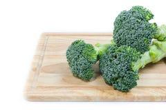 Lokalisierter frischer grüner Brokkoli mit weißem Hintergrund Stockfotografie
