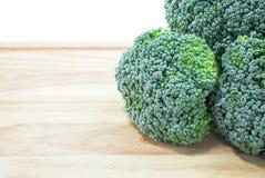 Lokalisierter frischer grüner Brokkoli mit weißem Hintergrund Stockfoto