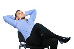 Junger Geschäftsmann, der auf Stuhl sich entspannt Lizenzfreies Stockfoto