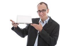 Lokalisierter lustiger Geschäftsmann, der vorbei ein Zeichen auf silberner Servierplatte hält Lizenzfreies Stockbild