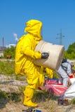 Lokalisierter Mann in gelber schützender hazmat Klage Stockfotografie