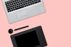 Lokalisierter Schuss der geöffneten modernen Laptop-Computers, der Tablette für das Überarbeiten und des Griffels Arbeitsplatz vo Stockfoto
