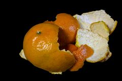 Lokalisierter schwarzer Hintergrund der orange Schale stockfoto