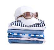 Lokalisierter Sommer kleidet Stapel mit Kappe und Sonnenbrille auf die Oberseite lizenzfreies stockbild