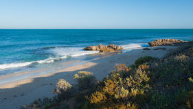 Lokalisierter Strand mit klarem blauem Ozean Lizenzfreie Stockbilder