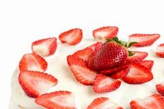 Lokalisierter weißer Erdbeerkuchen bedeckt mit Eiweiß und -gelatine Lizenzfreie Stockfotos
