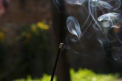 Lokalisierter weißer gelegentlicher Rauch des Räucherstäbchens lizenzfreies stockfoto